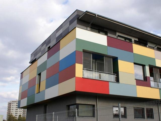Nové fasádní obklady dotvářejí vzhled domu, foto Praha Press