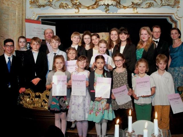 Společné foto finalistů 4. ročníku recitační soutěže v německém jazyce s moderátory večera, foto Felix Pašek