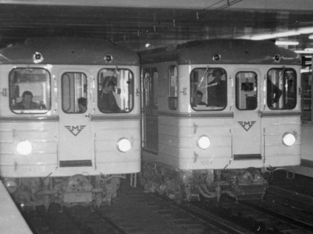 Vzácný snímek z dynamické zkoušky Nuselského mostu s využitím souprav metra, foto archiv DPP