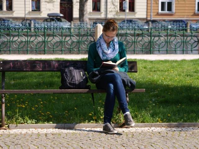 Oskarovy letní čítárny s hezkou knihou díky bibliobusu Městské knihovny v Praze, foto Praha Press