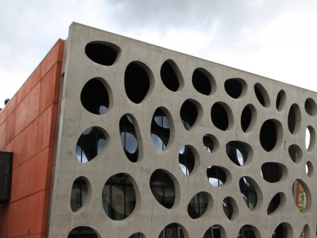 Betonová fasáda o rozměrech 21,8 m x 13,8 m x 0,6 m byla vytvořena bez jediné pracovní spáry, foto Českomoravský beton, a.s.