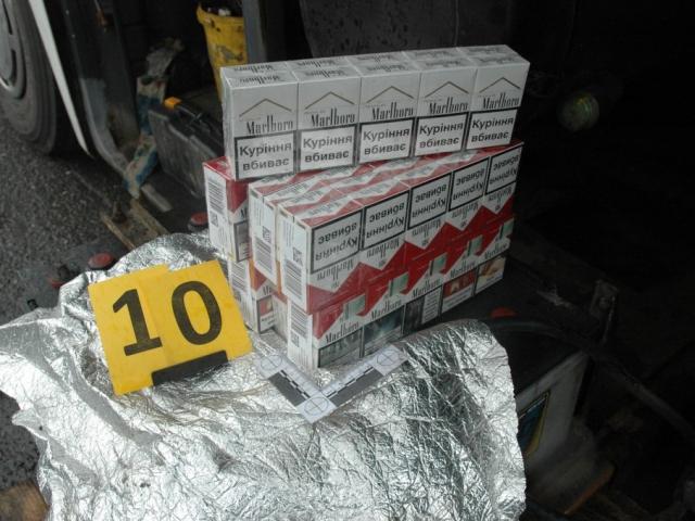 Pražští celníci objevili v mezinárodním linkovém autobusu téměř 40 tisíc kusů pašovaných cigaret, foto Celní správa České republiky, Celní úřad pro hlavní město Prahu