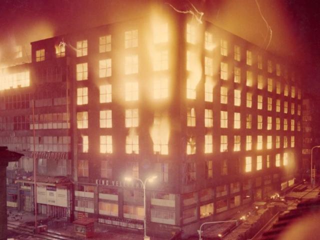 Požár Veletržního paláce v Praze, foto Vladimír Mlřenek