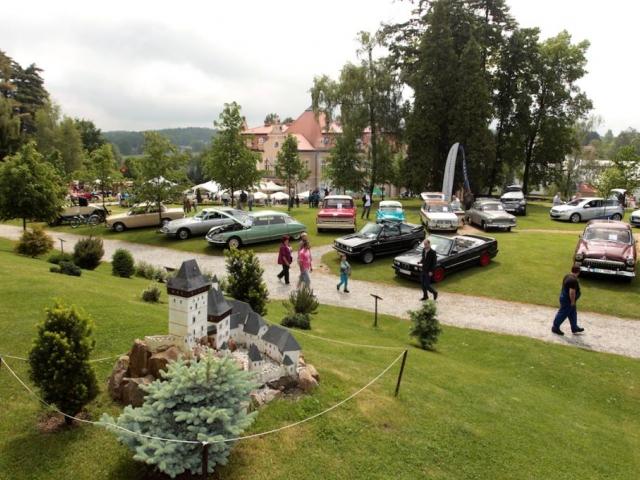 Zveme vás v sobotu 27. 9. 2014 od 10:00 hodin na tradiční Svatováclavské slavnosti spojené s výstavou veteránů, foto zámek Berchtold