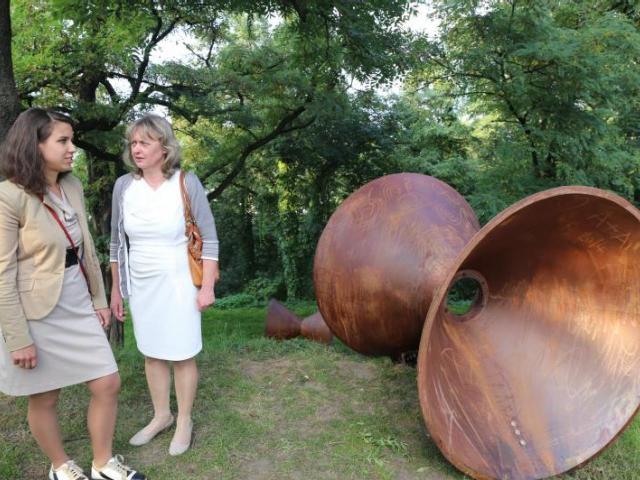 Své dílo Trychtýře představila Pavla Křivová (vlevo), vpravo: radní pražského magistrátu Eva Vorlíčková, foto ÚMČ Praha 3