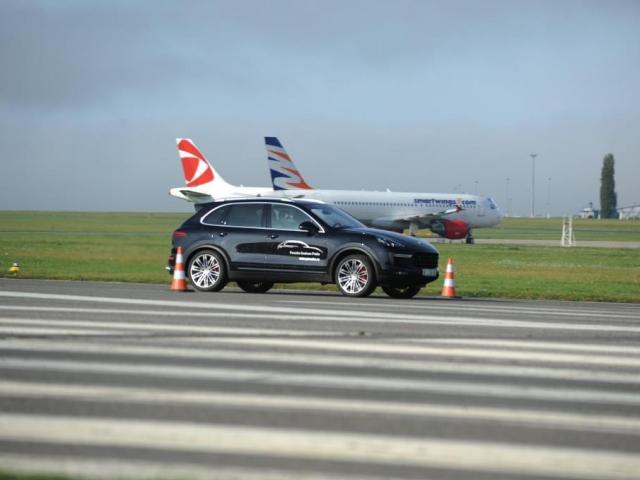 Atraktivní dravec pro náročné, nový Cayenne se proháněl na Letišti Praha, foto Porsche Inter Auto CZ