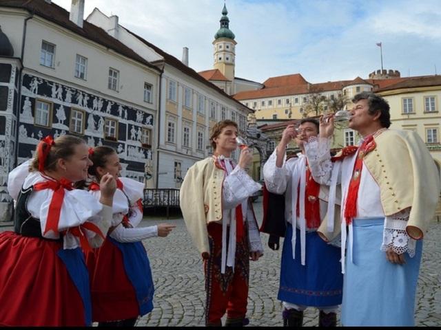 Od 7. do 17. listopadu ožije Mikulov bohatým programem Svatomartinských slavností. Pro návštěvníky jsou připraveny dny mladého vína a husích specialit, ale také zábavy a kultury, foto Město Mikulov
