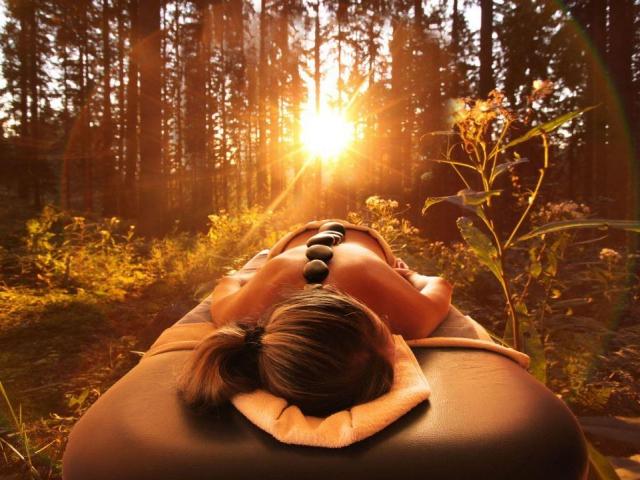 Hotel TATRA & SPA Velké Karlovice: Vypravte se s námi do Beskyd prožít vydařený relaxační víkend. Prožijte nádherný pobyt spojený s relaxačním programem v prostředí krásné beskydské přírody. Načerpejte energii před dalšími náročnými pracovními dny.