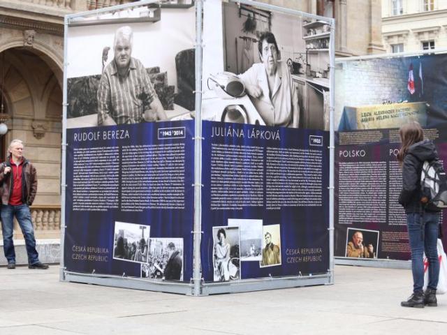 Výstava připomínající 25. výročí pádu železné opony byla od 6. listopadu k vidění na piazzettě Národního divadla, foto ÚMČ Praha 3