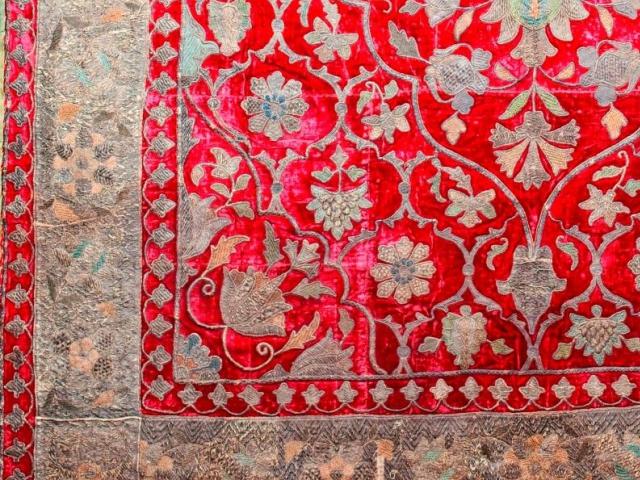 Nástěnná dekorace, samet, zlatá výšivka, 19. století z výstavy Ázerbájdžán – čarovná země ohně v Náprstkově muzeu, foto Národní muzeum