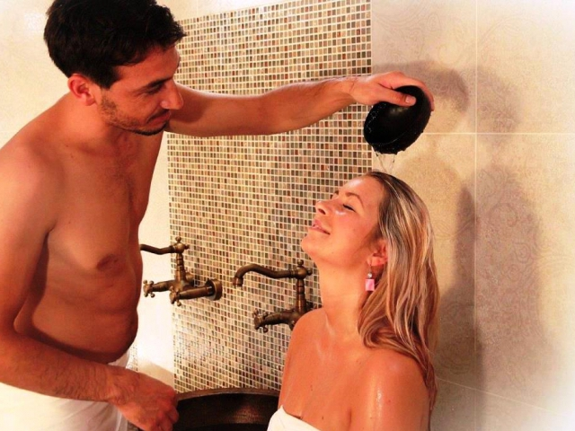 Omývání těla teplou vodou na vyhřívaném mramorovém lůžku, masáž spojená s důkladným peelingem pokožky, typická pěnová terapie a uvolňující masáž– tím vším si vás hammam jistě získá. Foto Resort Valachy