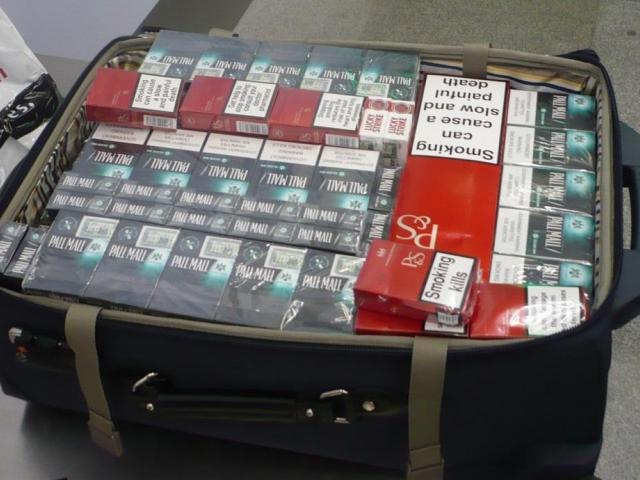 Zavazadla plná neokolkovaných cigaret, foto Celní úřad Praha Ruzyně