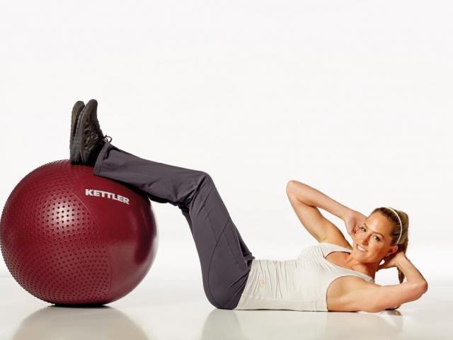 Gymnastický míč není jen praktická pomůcka pro dlouhé sezení nebo pro rehabilitační cviky, můžete s ním i posilovat, foto: KETTLER, gymnastický míč s masážními bodlinkami, 890 Kč.