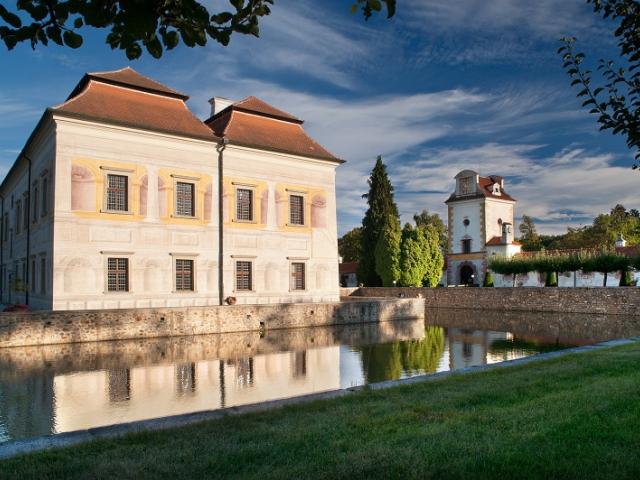 V meziročním srovnání se může nejvyšším vzestupem návštěvnosti (o 29 procent) pyšnit zámek Kratochvíle, jehož krásy obdivovalo 36 696 zájemců. Foto NPÚ
