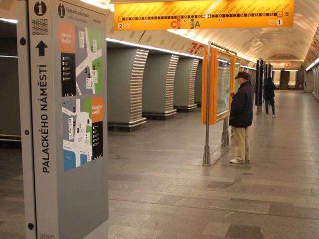 Moderní dotykové panely v  metru usnadní orientaci a informovanost cestujících, foto DPP