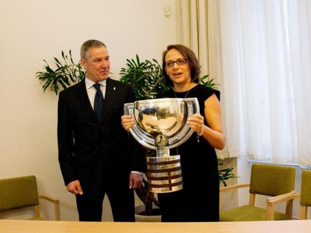 Pohár pro hokejové mistry světa 2015 je ode dneška k vidění ve foyer Nové radnice, foto Magistrát hl. m. Prahy