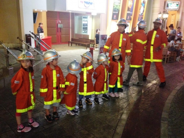 Aby se dětem už nyní přiblížily nejrůznější profese, navštěvují medicínská pracoviště, policisty, hasiče. Foto Praha Press