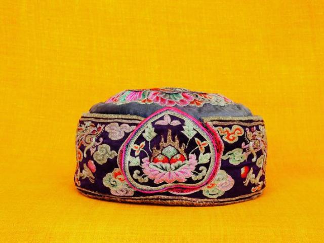 Čapka, konec 19. století, Národní muzeum otevírá novou výstavu Bhútán – země blízko nebe. Foto Národní muzeum
