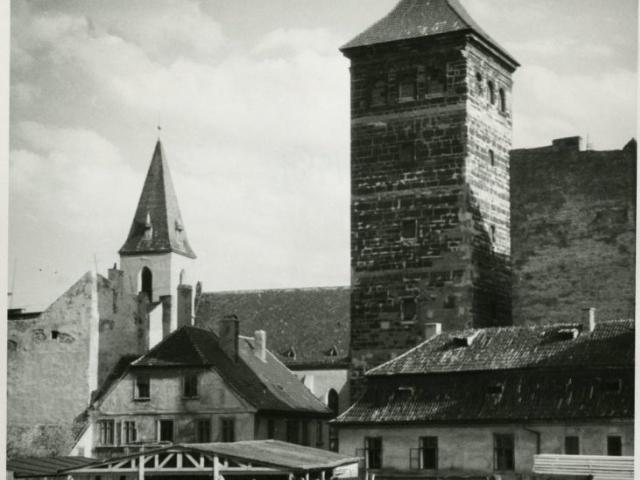 Novomlýnská vodárenská věž a okolí na snímku Jana Zemana z roku 1951