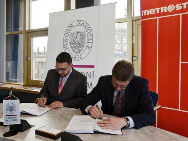 Generální ředitel Národního muzea Michal Lukeš (vlevo) a ředitel divize 9 firmy Metrostav Petr Zábský po podpisu smlouvy, foto Národní muzeum