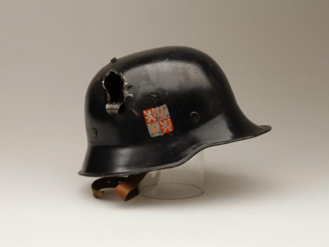 Přilba barikádníka z Pražského povstání, který zemřel 10. 5. 1945 na následky střelného zranění hlavy. Foto Národní muzeum