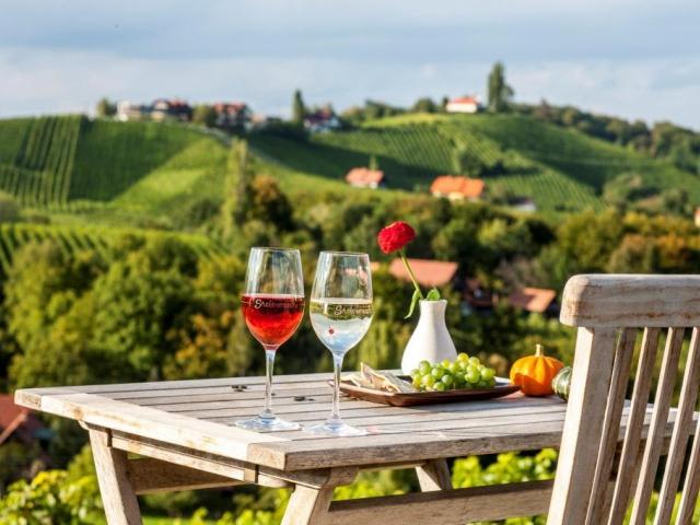 Tradiční občerstvení na štýrské vinici © Steiermark Tourismus / Harry Schiffer