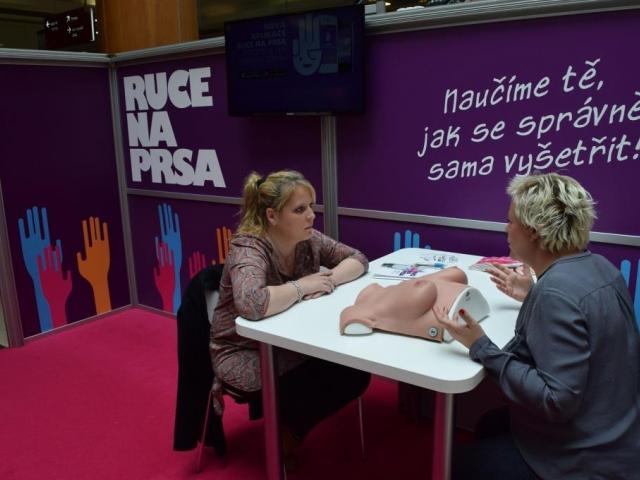 Zpěvačka Petra Hapková se ve Fénixu také učila samovyšetření prsou