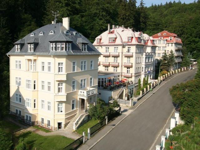 Lázeňská léčebna Mánes jako jediné lázeňské zařízení v Karlových Varech přijímá k léčbě děti od 2 let věku.