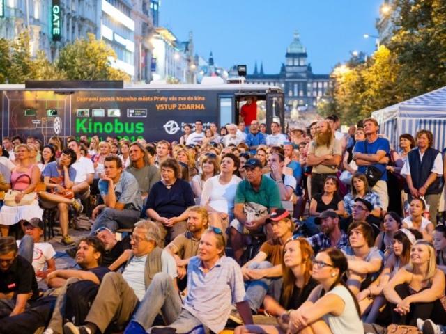 Promítání v pražském Kinobusu stále láká diváky, foto DPP