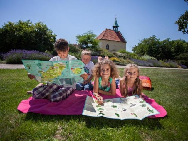 """Kreslená dětská mapa pro holky a kluky """"Hledej 14 NEJ!"""" baví děti v trojské botanické zahradě"""