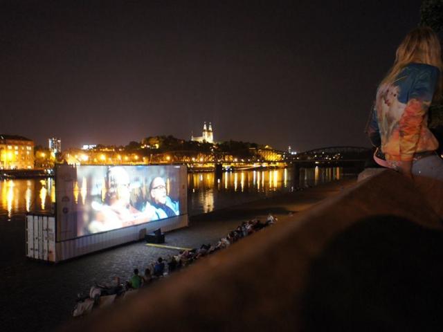 Výletní kino Smíchov u břehu Vltavy bude promítat až do konce září, foto Výletní kino Smíchov