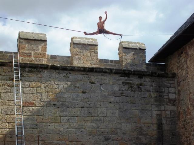 Na hradě Kost bude mezinárodní festival v balancování, chození a skákání na laně