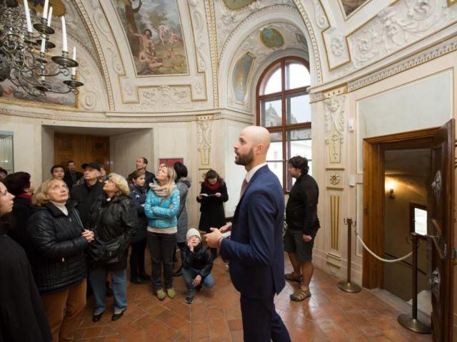 Návštěvníci v Audienční síni Valdštejnského paláce. Foto Senát PČR
