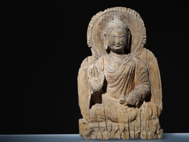 Plastika Buddhy sedícího v poloze lotosového květu; Dřevo, Mes Ajnak, 5.–7. století po Kr. Foto Národní muzeum