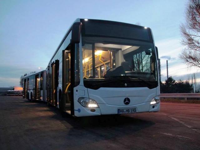 Po Praze se projede nejdelší dvoučlánkový evropský autobus. Otestuje trasu na letiště. Foto DPP