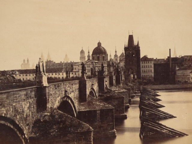 Andreas Groll - Pohled na Karlův most z Malé Strany, albuminová fotografie - Ústav dějin umění AV ČR