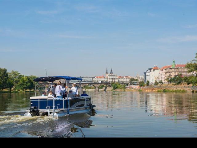 Za pět minut přes Vltavu z Holešovic do Karlína pravidelnou lodní linkou. Foto ÚMČ Praha 7