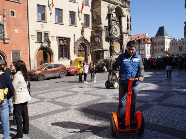 Praha připravuje návrh nařízení omezující provoz Segway. Foto Praha Press