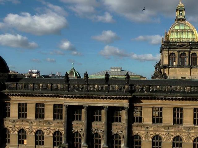 Čtyři sochy z Historické budovy Národního muzea jsou převezeny k rekonstrukci. Foto Národní muzeum