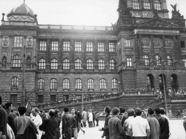 Historická budova Národního muzea poškozená střelami. Foto: Kříž
