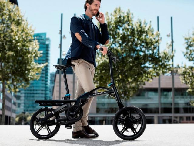 První skládací jízdní kolo s elektromotorem nabízí Peugeot. Foto Peugeot