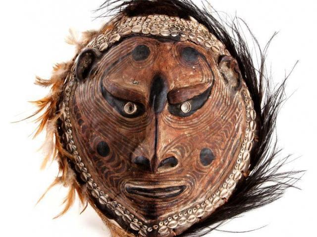 Z hlíny vymodelovaná tvář předka na želvím krunýři. Tvář zdobená malovanými geometrickými tvary. Foto Národní muzeum