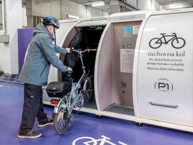 Centrum Chodov jako první zprovoznilo unikátní bezpečnostní boxy pro uschování kol a kočárků. Foto Centrum Chodov