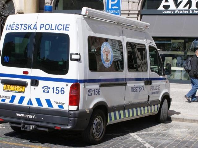 Agresivní opilec udeřil v centru Prahy do služebního vozidla strážníků. Foto Praha Press