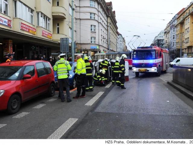 Hasiči, záchranáři a policisté řešili dopravní nehodu na Vinohradech, foto HZS Praha