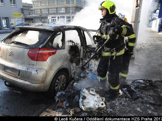 Pražští hasiči likvidovali požáry automobilů, foto Leoš Kučera, Generální ředitelství Hasičského záchranného sboru ČR