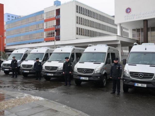 Cizinecká policie dostala Schengenbusy a eskortní vozidla. Foto Policie ČR