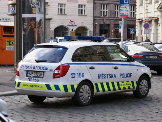 Staršímu muži hlídka strážníků rozmluvila skok z mostu. Foto Praha Press