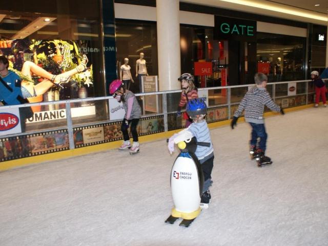 Zima končí, ale děti si stále v bezpečí užívají bruslení. Foto Praha Press