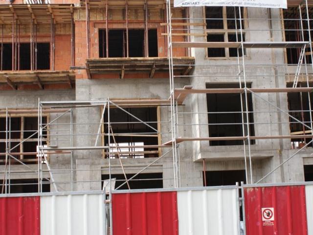Zateplit fasádu jen osmi centimetry izolace se dávno nevyplácí. Foto Praha Press